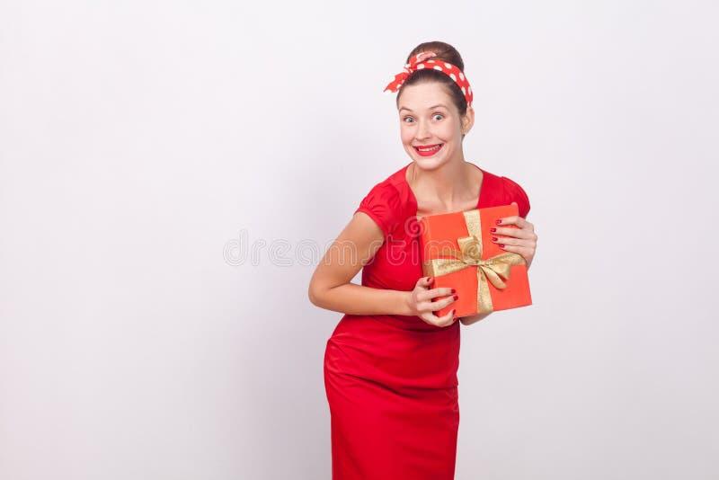 Cud i szczęśliwy kobiety mienia prezenta pudełko zdjęcia royalty free
