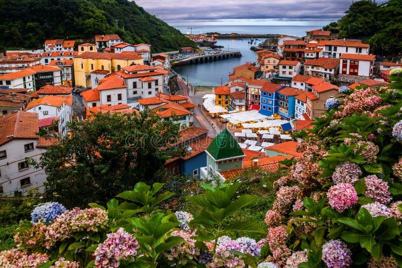 Cudillero, malownicza wioska rybacka przy zmierzchem, Asturias, Hiszpania obraz stock