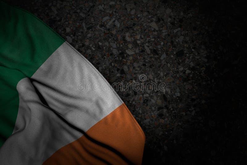 Cudowna dzień niepodległości flagi 3d ilustracja - ciemny obrazek Irlandia flaga z dużymi fałdami na zmroku asfalcie z bezpłatnym ilustracja wektor