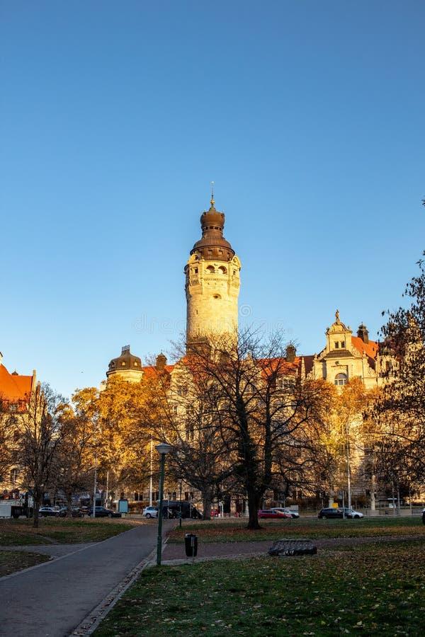 Cudowna jesieni panorama z parka krajobrazowym i nowym urząd miasta fotografia royalty free