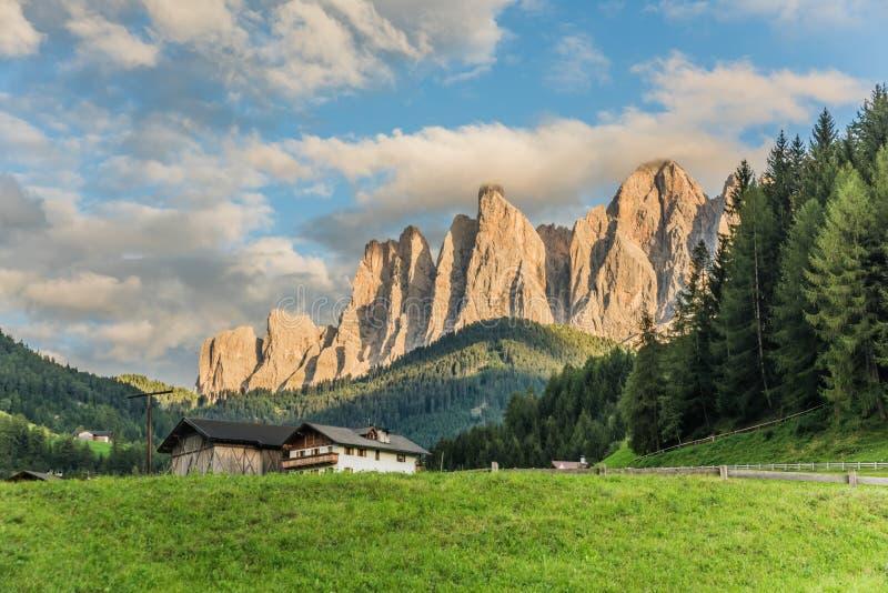 Cudowna krajobrazowa Santa Magdalena wioska w dolomitu terenie Włochy fotografia stock