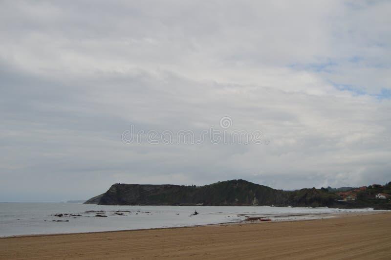 Cudowna plaża Na Chmurnym dniu W Comillas fotografia stock