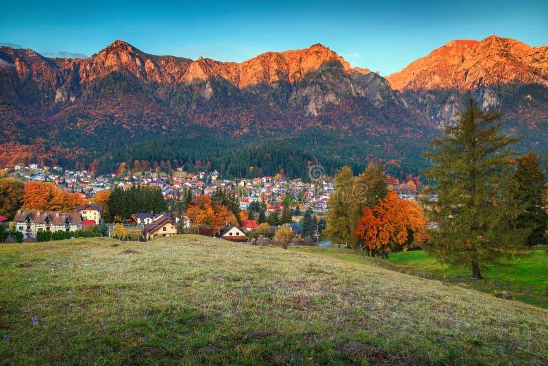 Cudowna Prahova dolina w jesieni, Busteni, Transylvania, Rumunia, Europa obraz stock