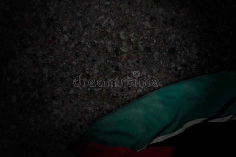 Cudowna uczty flagi 3d ilustracja - ciemna fotografia Mozambik flaga z ampułą składa na zmroku asfalcie z bezpłatną przestrzenią  royalty ilustracja