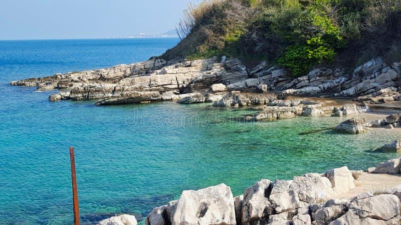 cudowna zatoka z jasną wodą w lecie zdjęcia royalty free