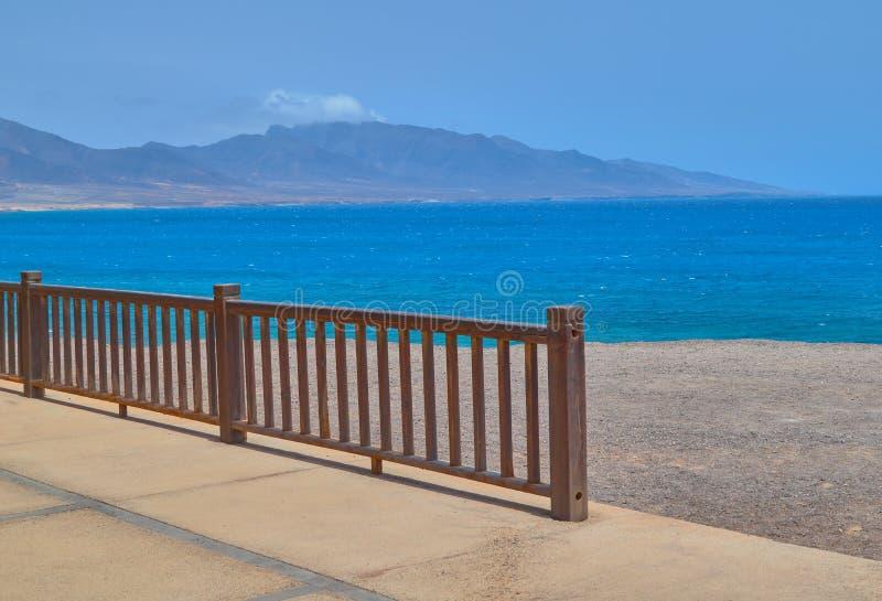 Cudowni widoki denny i drewniany poręcz w Punta De Jandia, Fuerteventura zdjęcie stock