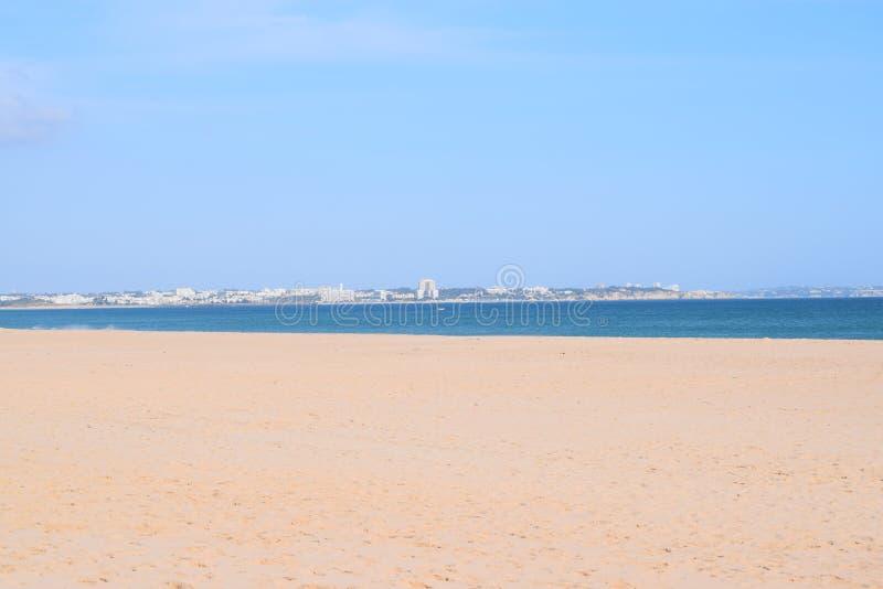 Cudowny duży plażowy Meia Praia w Lagos, Algarve, Portugalia fotografia stock