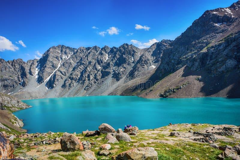 Cudowny góra krajobrazu jezioro, średniogórze, szczyt, piękno światowy Malowniczy widok blisko Alakul jeziora w Terskey Alatoo gó obraz royalty free