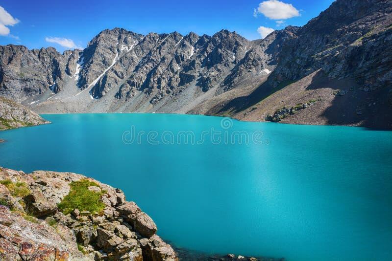 Cudowny góra krajobrazu jezioro, średniogórze, szczyt, piękno światowy Malowniczy widok blisko Alakul jeziora w Terskey Alatoo gó obrazy royalty free