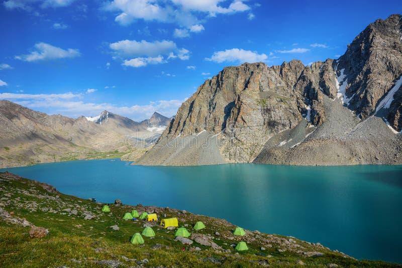 Cudowny góra krajobrazu jezioro, średniogórze, szczyt, piękno światowy Malowniczy widok blisko Alakul jeziora w Terskey Alatoo gó fotografia stock
