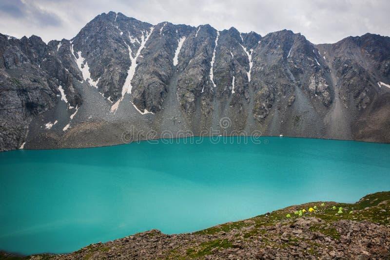 Cudowny góra krajobrazu jezioro, średniogórze, szczyt, piękno światowy Malowniczy widok blisko Alakul jeziora w Terskey Alatoo gó zdjęcia royalty free