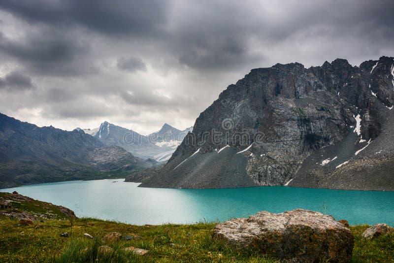 Cudowny góra krajobrazu jezioro, średniogórze, szczyt, piękno światowy Malowniczy widok blisko Alakul jeziora w Terskey Alatoo gó zdjęcie stock
