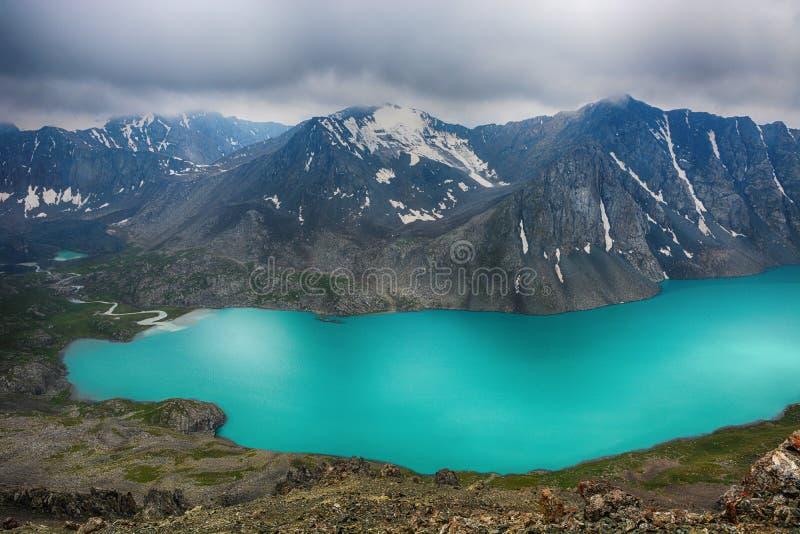 Cudowny góra krajobrazu jezioro, średniogórze, szczyt, piękno światowy Malowniczy widok blisko Alakul jeziora w Terskey Alatoo gó zdjęcia stock