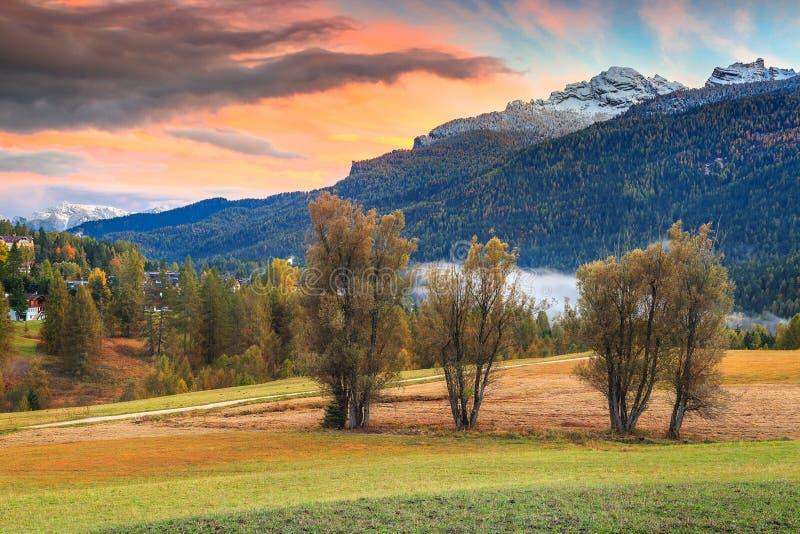 Cudowny jesień krajobraz w dolomitach zbliża Cortina d Ampezzo, Włochy obrazy stock