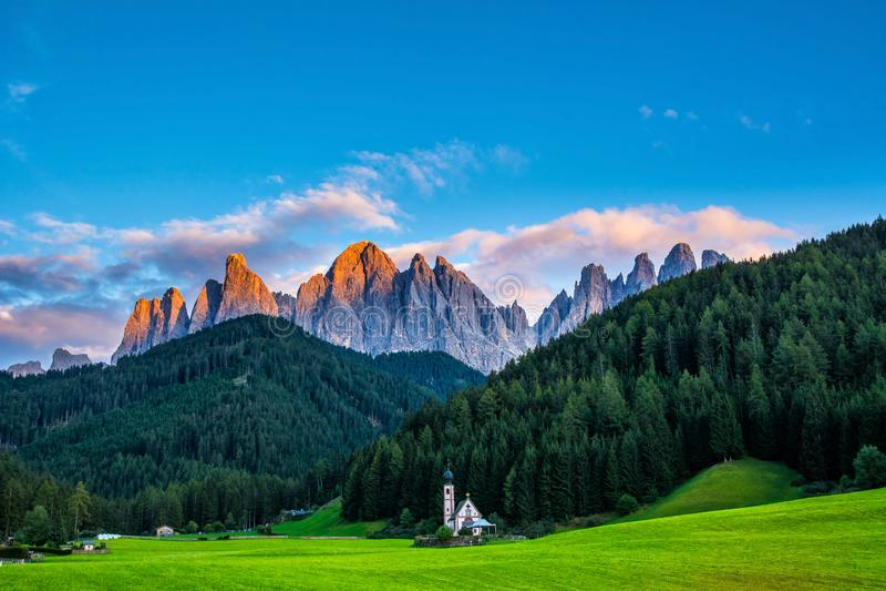 Cudowny krajobraz dolomitów Alps podczas zmierzchu St Johann kościół, Santa Maddalena, Val Di Funes, dolomity, Włochy target55_0_ zdjęcia stock