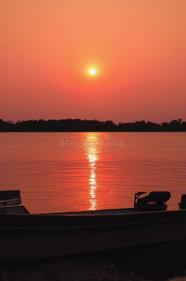 Cudowny krajobraz sylwetka łódź na zadziwiającym sunse zdjęcia stock