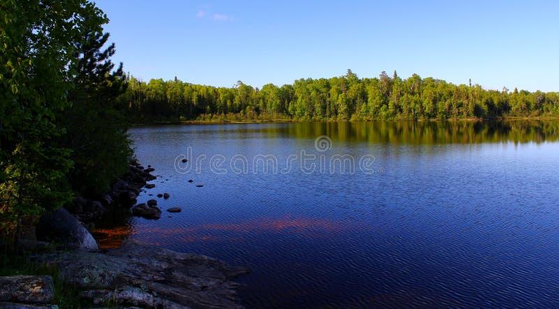 Cudowny letni dzień: Piękny jezioro w Ontario obrazy stock