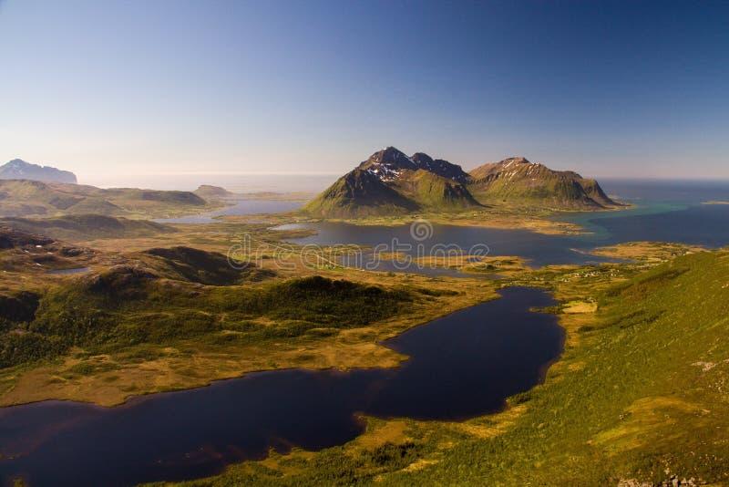 Cudowny Lofoten lata krajobraz z fjords i jasnym niebem, Norwegia zdjęcia royalty free