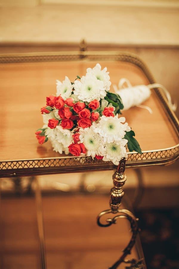 Cudowny luksusowy ślubny bukiet różni kwiaty obraz royalty free