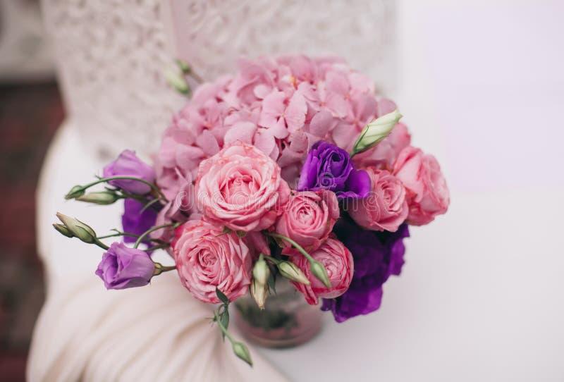 Cudowny luksusowy ślubny bukiet różni kwiaty fotografia royalty free