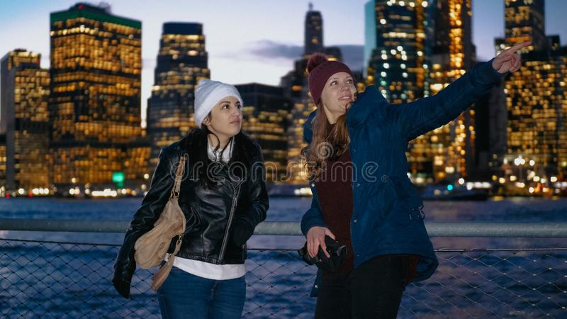 Cudowny Manhattan linia horyzontu odwiedzał dwa dziewczynami w Nowy Jork zdjęcia stock