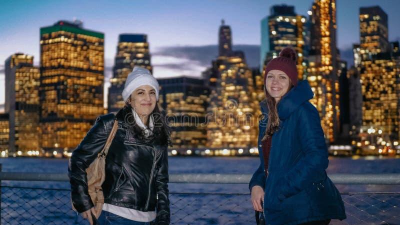 Cudowny Manhattan linia horyzontu odwiedzał dwa dziewczynami w Nowy Jork fotografia royalty free