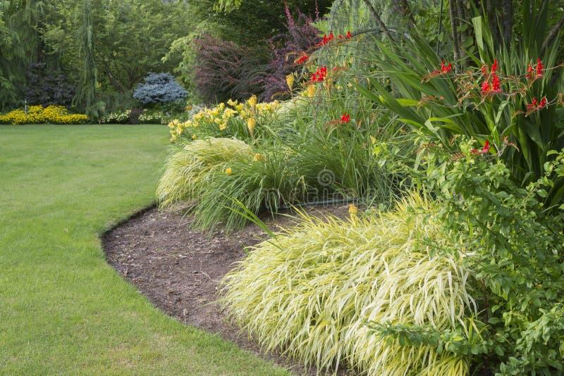 Download Cudowny ogród zdjęcie stock. Obraz złożonej z gazon, drzewo - 41952206