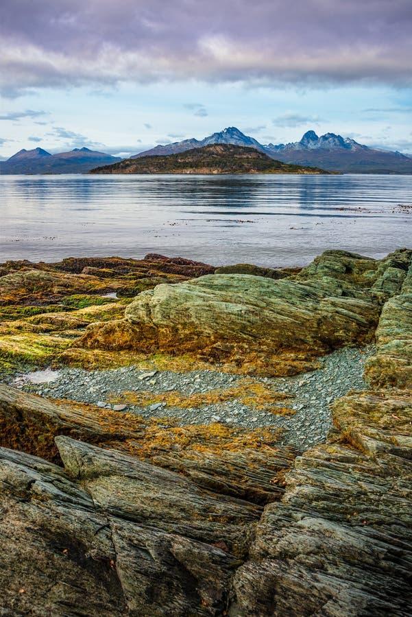 Cudowny turkusowy nabrzeżny krajobraz Tierra Del Fuego park narodowy, Patagonia, Argentyna, jesień zdjęcie stock