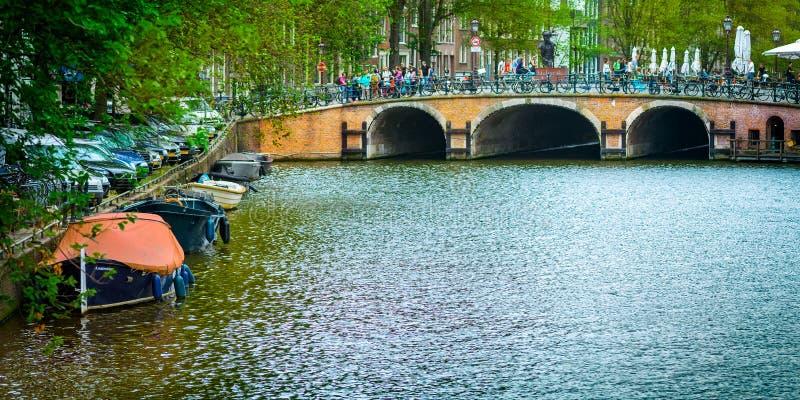 Cudowny widok Amsterdam kanały z ich rowerami i mostami, zdjęcia royalty free
