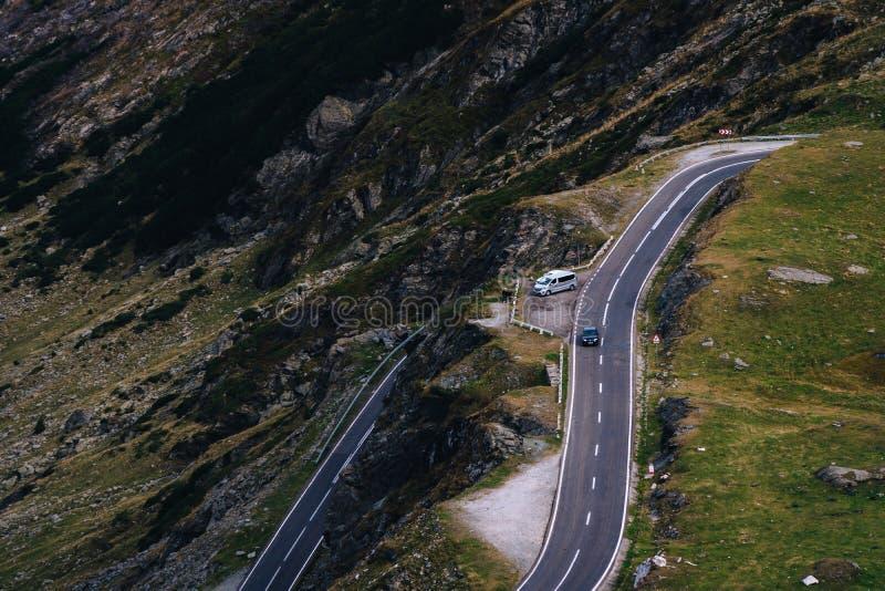Cudowny widok górski halna wijąca droga z wiele zwrotami w jesień dniu Transfagarasan autostrada piękna droga wewnątrz fotografia stock