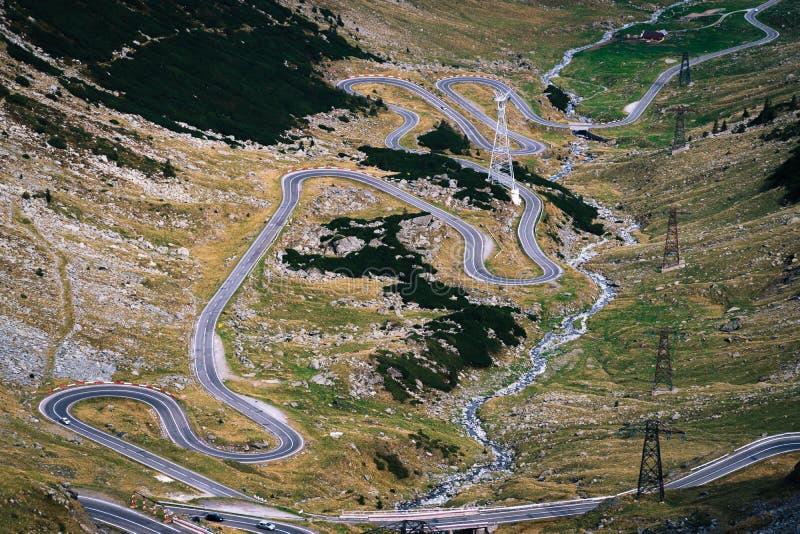 Cudowny widok górski halna wijąca droga z wiele zwrotami w jesień dniu Transfagarasan autostrada piękna droga wewnątrz zdjęcia royalty free