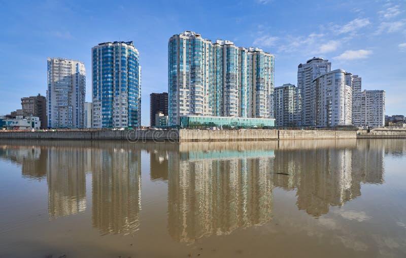 Cudowny widok luksusowy mieszkaniowy kompleks drapacz chmur od parka zwycięstwo domy odbija w wodzie su zdjęcie royalty free