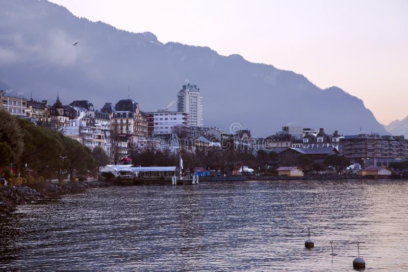 Cudowny widok mglistym rankiem przy Montreux obraz stock