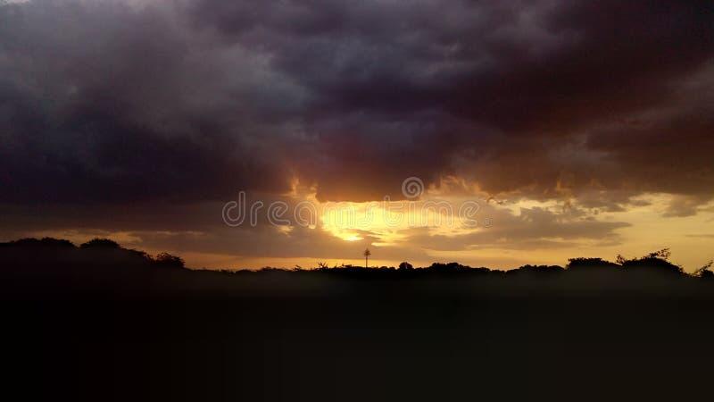 Cudowny wieczór z pełnym dżdżyste chmury obraz stock