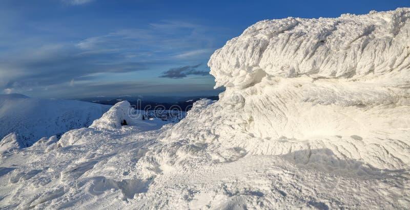 Cudowny zima krajobraz na słonecznym dniu Irrealna, fantastyczna, mistyczna, marznąca tekstura z mrozem, lód i śnieg, obraz royalty free
