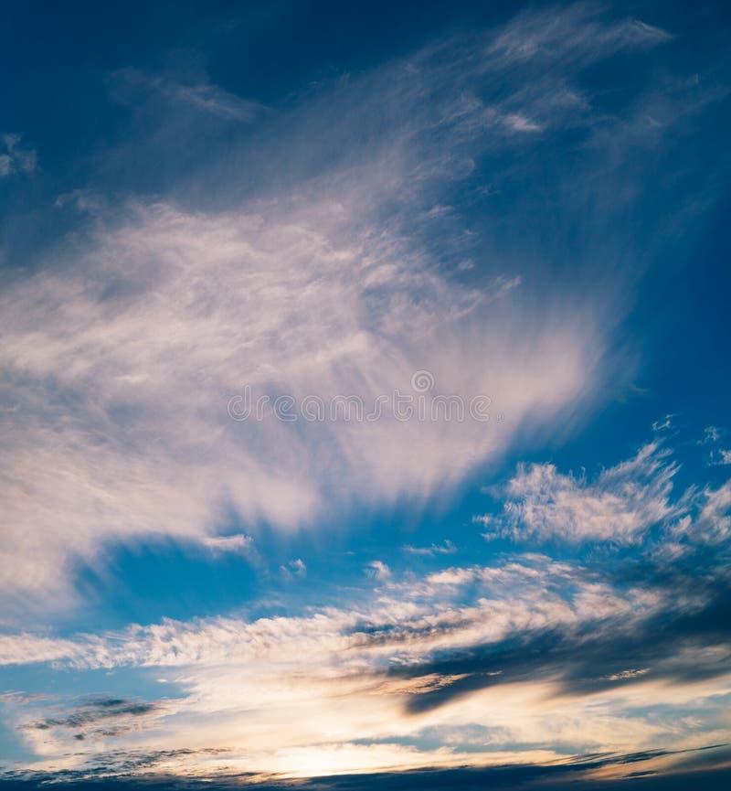 Cudowny zmierzchu niebo z różnymi chmurami obrazy stock