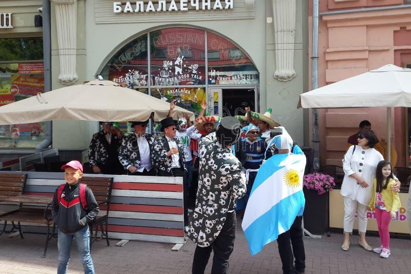 Cudzoziemscy fan przy Mundial 2018 futbolem, Moskwa, Rosja zdjęcia royalty free
