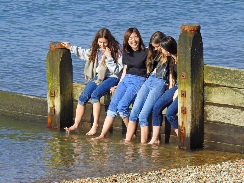 Cudzoziemska uczni turyst?w turystyka obje?d?a Kent wakacje brzegowego whitstable wakacje obrazy royalty free