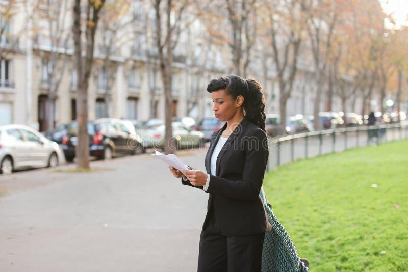 Cudzoziemski studencki opowiadać smartphone, odprowadzenie i zamyka up f zdjęcie stock