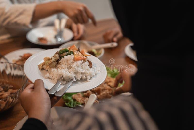 Cueillez à la main de la nourriture pendant le dîner photo libre de droits