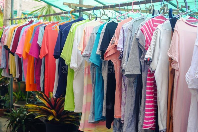 Cuelgue la ropa seca en el sol fotografía de archivo