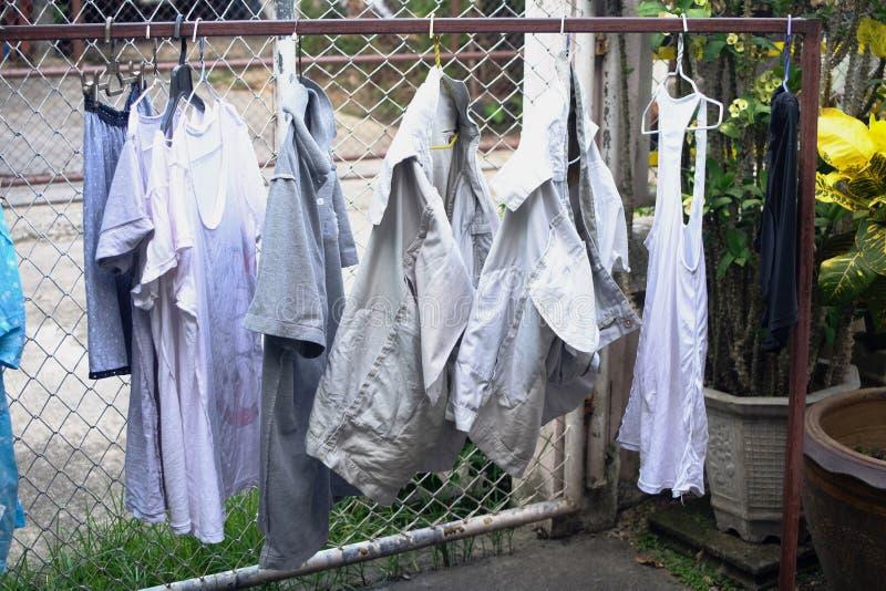 Cuelgue la ropa seca en el sol imagen de archivo libre de regalías