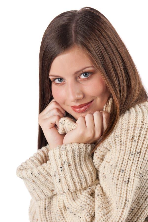 Cuello alto que desgasta hermoso de la mujer joven imagen de archivo