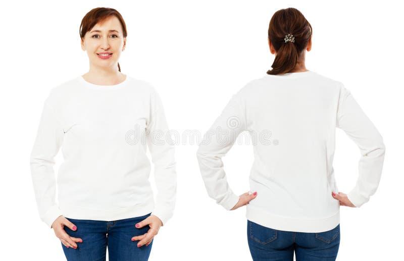 Cuello ancho de la camiseta blanca del collage, mangas largas, en una mujer de mediana edad en vaqueros, aislado, delantero y tra foto de archivo
