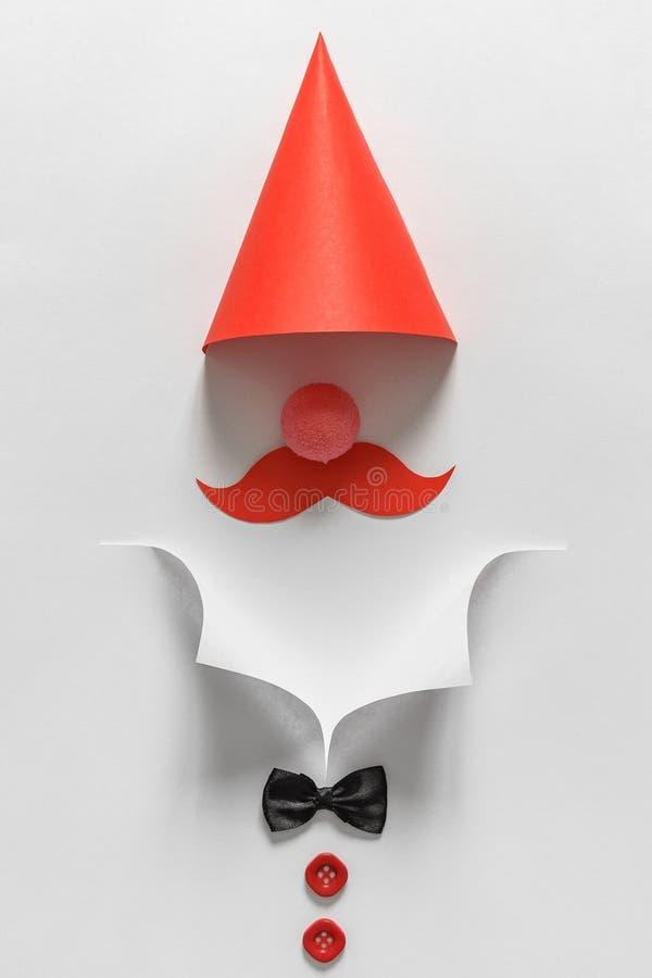 Cuello blanco del papel de la camisa, corbata de lazo y botones rojos Concepto de las fiestas en la oficina Estilo mínimo imagen de archivo libre de regalías