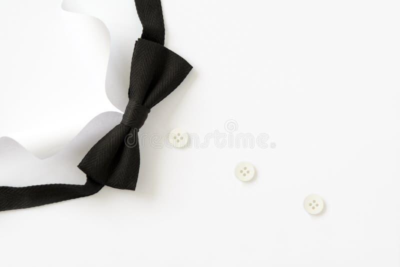 Cuello cortado de papel de las camisas del hombre El día de padre o concepto de la boda Copie el espacio Visión superior Estilo m imagen de archivo libre de regalías