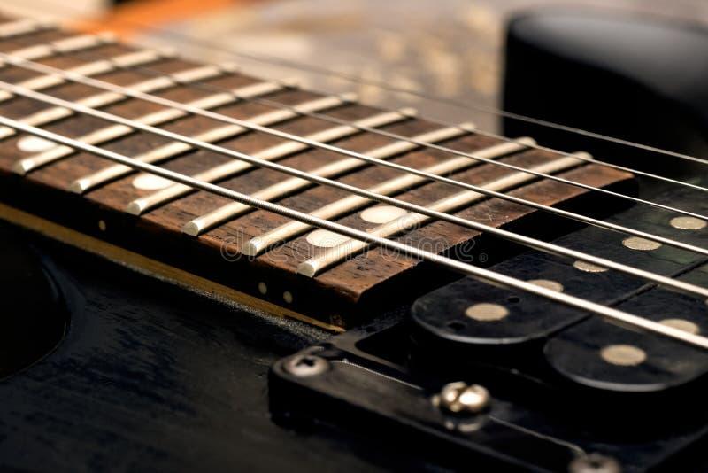 Cuello de madera de un cierre negro de la guitarra para arriba imágenes de archivo libres de regalías