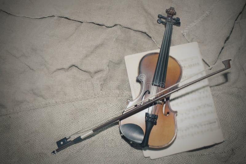 Cuello del violín en fondo de los papeles de música Foto imágenes de archivo libres de regalías