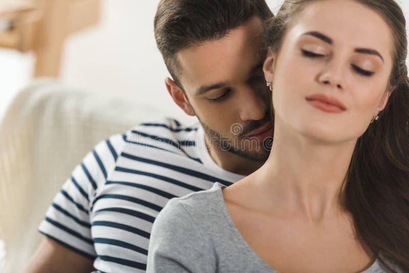 cuello que se besa apasionado del hombre joven de la novia foto de archivo