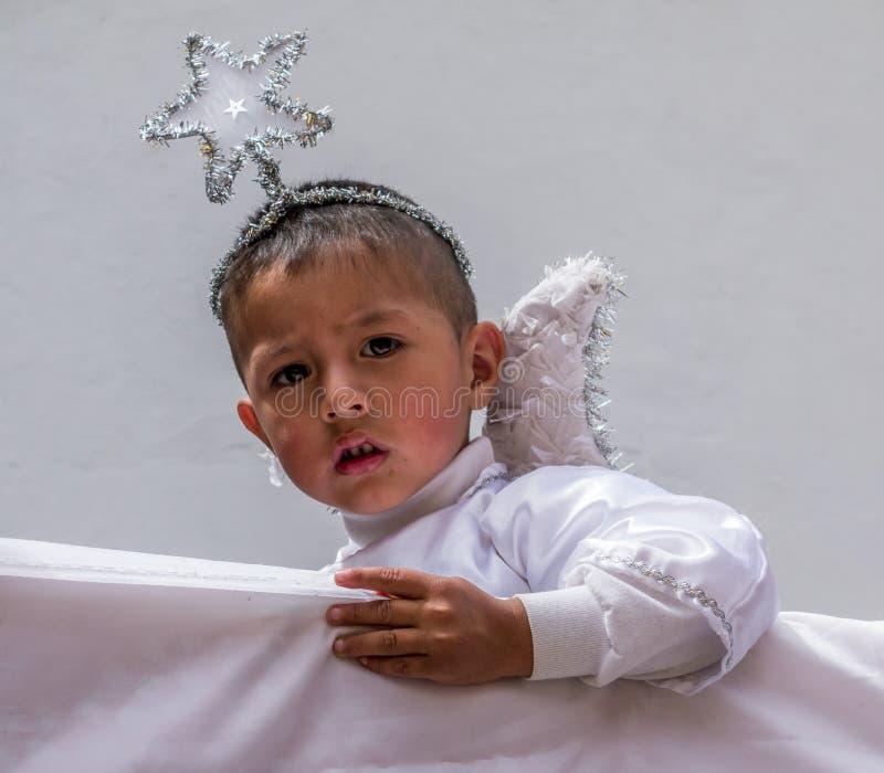 Cuenca, эквадор/5-ое января 2014: Мальчик одет как ангел стоковые фото